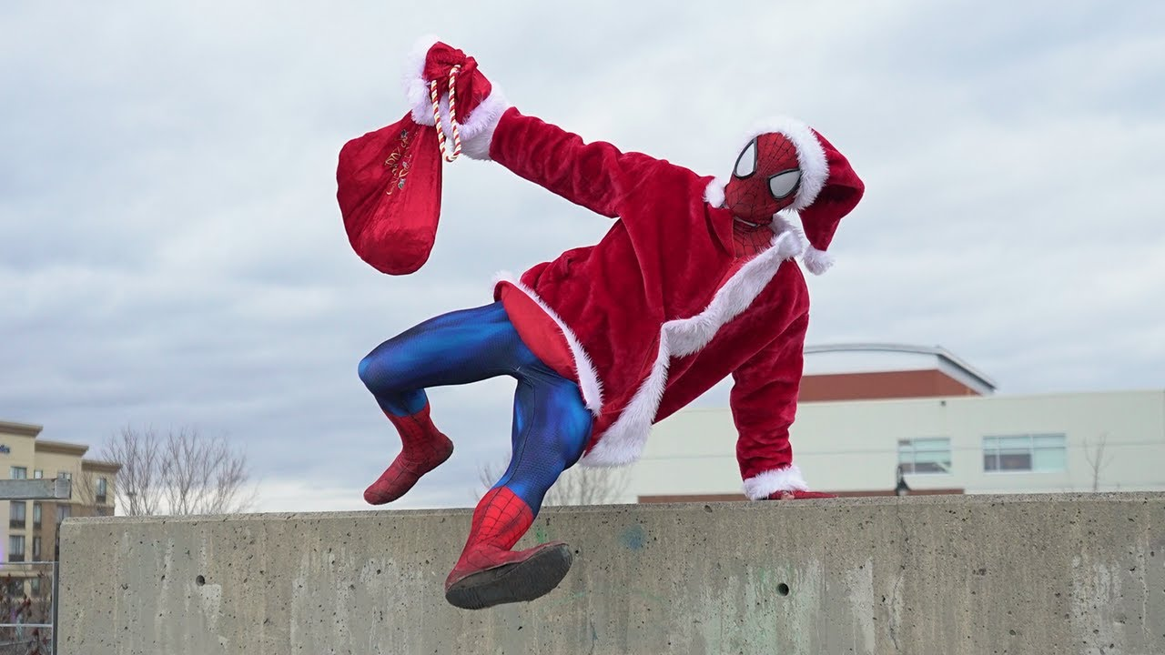 Spiderman Helps Santa (Parkour In Real Life)
